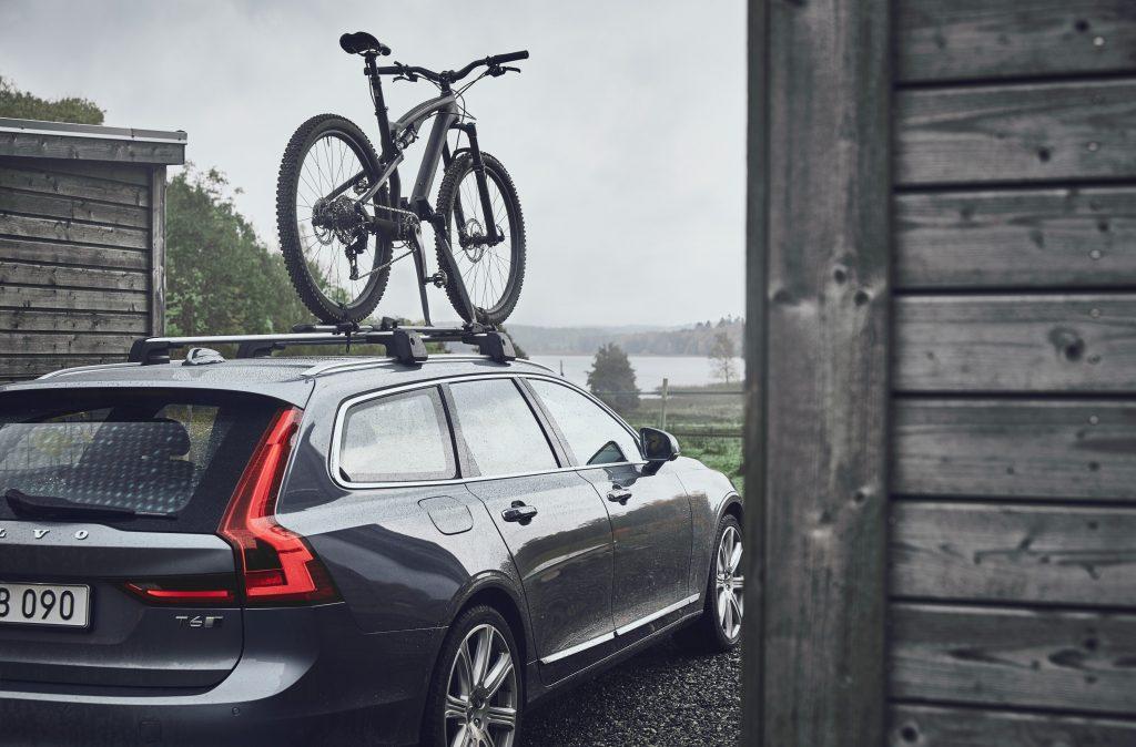 V90 com uma bicicleta no tejadilho